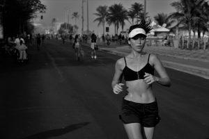走る女性の写真