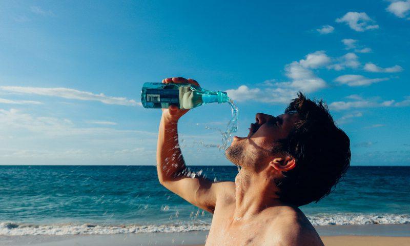 水を飲む男性の写真
