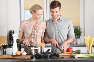 3色+2色の栄養を意識して仲良く料理する二人